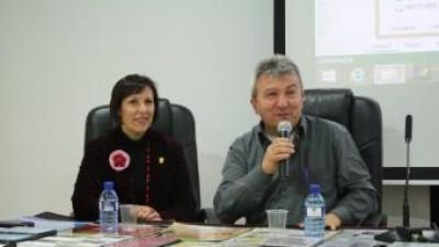Juli Esteve explica el continguut del documental en una anterior presentació. EL PUNT AVUI