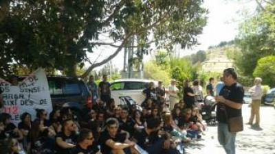 Assemblea matutina dels treballadors d'Emaus a les portes de l'Ajuntament. EL PUNT AVUI