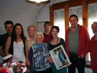 Carme Pagès, amb els membres de l'Ajuntament. EL PUNT AVUI