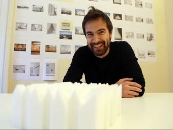 Fabrizio Barozzi, amb una maqueta de la Filharmònica de Szczecin, al despatx de Barcelona.  ANDREU PUIG