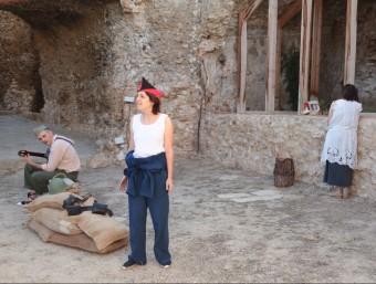 Escena de l'espectacle de teatre de carrer Vestigis, sobre la Batalla de l'Ebre, al Castell de Móra d'Ebre judit fernàndez