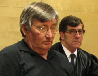 L'acusat, ahir durant el judici, amb el seu advocat, Carles Monguilod Ò. PINILLA