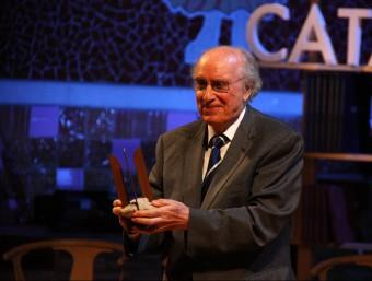 Joan Veny, amb el Premi d'Honor de les Lletres Catalanes, ahir al Palau de la Música ACN