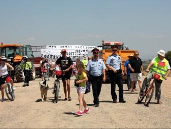 La protesta entre alguns veïns d'Alfés i participants en la bicicletada d'Ipcena ACN