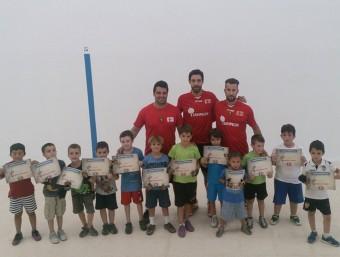 Monitors i alumnat d'infantil de l'escola de pilota valenciana. A MÀ PILOTA
