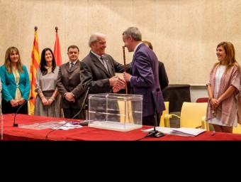 Albert Piñeira, al moment de rebre la vara que l'acredita com a alcalde de Puigcerdà. EMILI GIMENEZ