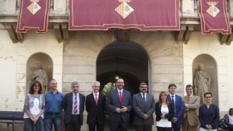 El nou govern municipal de Mataró format per regidors del PSC i de CiU, al centre amb barba i corbata vermella l'alcalde David Bote (PSC). Falta Marisa Merchán (PSC). T.M