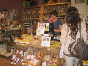 Un establiment de Vic adherit a la campanya. A la dreta, una nena introduint una butlleta a l'urna d'una botiga del Vendrell i ambient comercial al centre de Berga J.F. / A.A