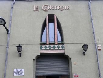 Alguns edificis emblemàtics de mútues locals: la façana de la Concòrdia a Agullana i una partida de cartes en aquest mateix espai; a la imatge inferior, l'interior de la Pau, a Maçanet de Cabrenys en una fotografia del 2010 quim puig / miquel Ruiz