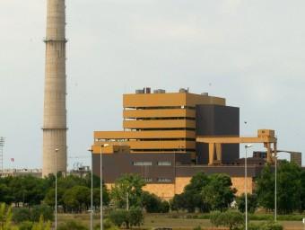 Una imatge d'arxiu de la fàbrica quan estava en ple rendiment amb la xemeneia de 175 metres quadrats. ARXIU