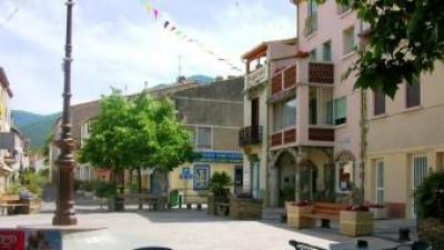 La plaça major del poble de Sureda, al vessant nord de l'Albera. ARXIU