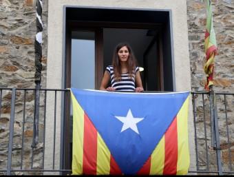 L'alcaldessa de Pardines, des del balcó de l'Ajuntament. MANEL LLADÓ