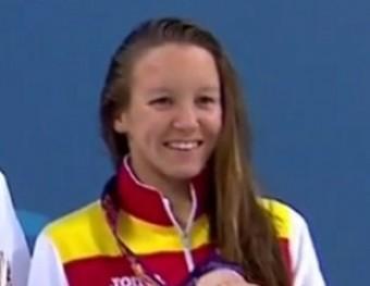 Marina Castro, a la dreta, en el podi dels 800 m lliures dels Jocs de Bakú RFEN