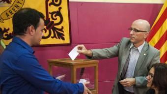 Planas aguanta l'urna i Rabasseda posa el vot durant la moció de censura a la CUP el setembre del 2013 J.LOSADA