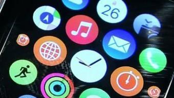 El nou rellotge connectat d'Apple al canell d'un empleat de la botiga de la companyia nord-americana AFP