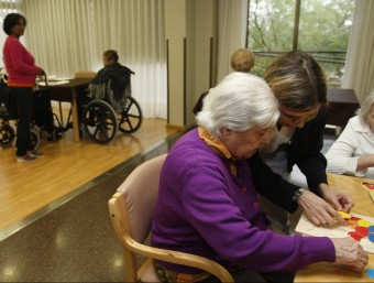 Imatge d'arxiu d'una residència de gent gran amb les cuidadores en el moment de fer activitats. ORIOL DURAN