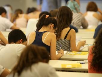Futurs universitaris enfrontant-se a la selectivitat.  QUIM PUIG
