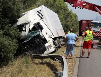 Una grua retira un dels camions implicants en l'accident QUIM PUIG
