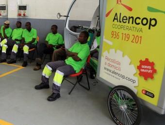 Alguns treballadors d'Alencop, a la seu de la cooperativa.  JUANMA RAMOS