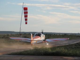 Una avioneta enlairant-se a Alfés. Joan Tort