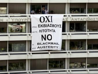 Una pancarta demanant el no a la seu del ministeri de Finances grec  REUTERS