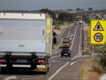 Camions i altres vehicles circulant per la N-240 a l'alçada de Juneda JOSÉ CARLOS LEÓN