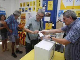 Alguns dels socis que ahir a la tarda van anar a votar en el col·legia que hi ha situat al barri barceloní de Gràcia ORIOL DURAN