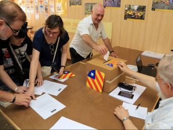 Socis de l'ANC voten, ahir, en el punt habiltat al barri de Sants de Barcelona juanma ramos