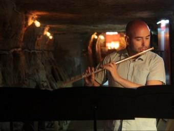 El flautista Sergi Gil va actuar al refugi antiaeri de Flix dilluns. LAIA POBLADO/ ACN