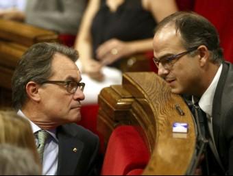 Mas conversa amb Jordi Turull ahir en el ple del Parlament EFE