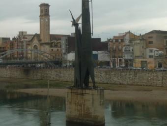 L'estructura de ferro forjat s'aixeca sobre la pilastra de l'antic pont de la Cinta. ARXIU