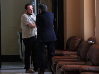 El diputat de la CUP David Fernández i el president de la Generalitat, Artur Mas, aquest dijous als passadissos del Parlament ACN