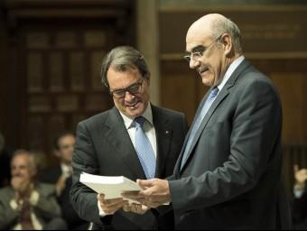 El president de la Generalitat, Artur Mas, amb el president del consell assessor del CAREC, Salvador Alemany, ahir al Palau de la Generalitat JOSEP LOSADA