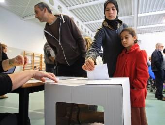 Una dona, votant a l'IES Vallvera de Salt en el procés participatiu del 9-N LLUÍS SERRAT / ARXIU