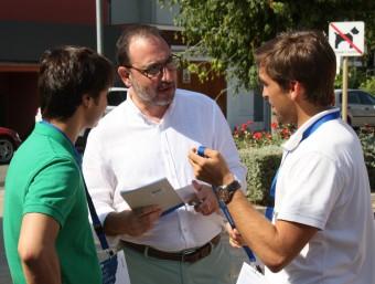 El secretari general del comitè de govern d'UDC, Ramon Espadaler, parlant amb alguns dels joves membres del partit ACN