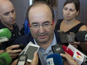 El líder del PSC, Miquel Iceta, atén els mitjans de comunicació aquest dilluns a Sevilla EFE