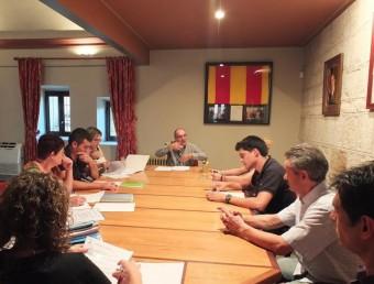 El primer ple del nou govern municipal, amb l'alcalde, Joan Fuentes, al centre EL PUNT AVUI