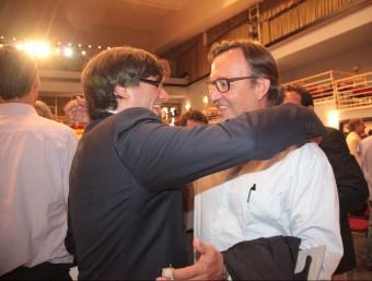 Carles Puigdemont i Josep Maria Vila d'Abadal s'abracen després de l'elecció del primer com a nou president de l'AMI JUDIT FERNÀNDEZ
