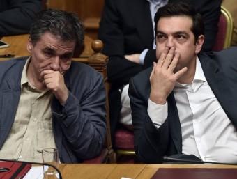 Alexis Tsipras, a la dreta, amb el seu ministre de Finances, Euclid Tsakalotos, dimecres passat al Parlament A.M. / AFP