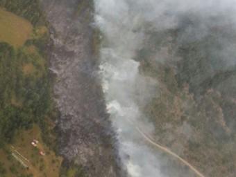 Una imatge aèria, cedida pels Bombers de la Generalitat, de l'incendi que es va produir ahir a Bellver de Cerdanya ACN