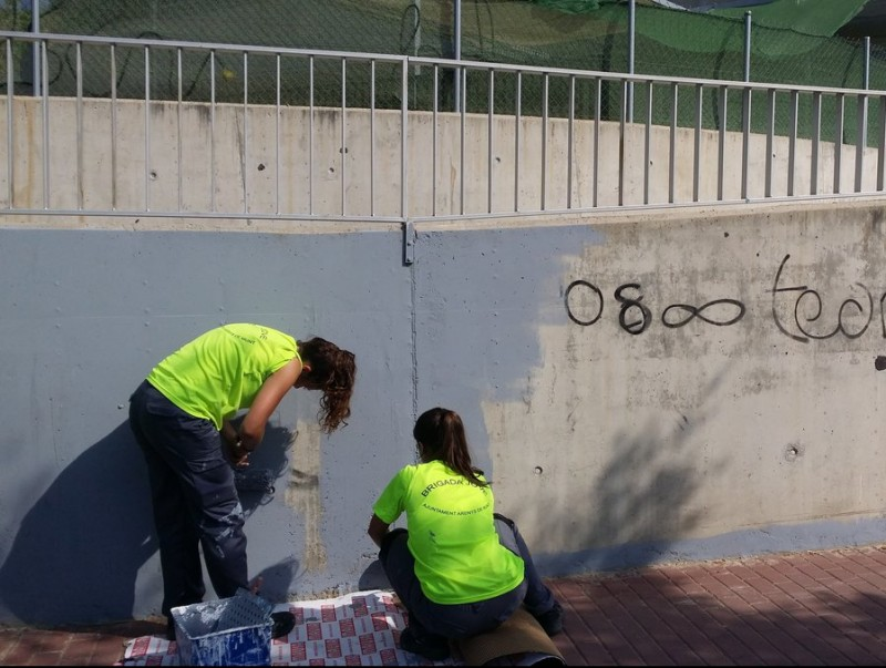 Dues joves contractades a l'estiu passat repintant grafitis a la riera d'Arenys de Munt E.F