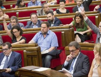 Un moment de la maratoniana votació de les conclusions de la comissió de frau fiscal, en què ERC i CDC voten amb signes diferents ALBERT SALAMÉ