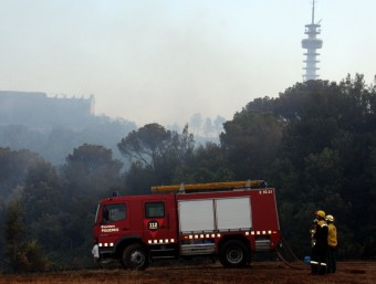 Una quarantena de dotacions han treballat aquesta nit en l'incendi de Girona per poder tancar el perímetre afectat ACN