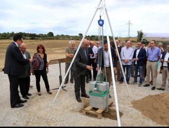 El conseller de Territori i Sostenibilitat Santi Vila i el president del consell de l'Alt Empordà, Ferran Roquer, posant la primera pedra MANEL LLADÓ