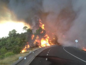 El foc ha obligat a tallar les carreteres C-37 i C-37z BOMBERS DE LA GENERALITAT