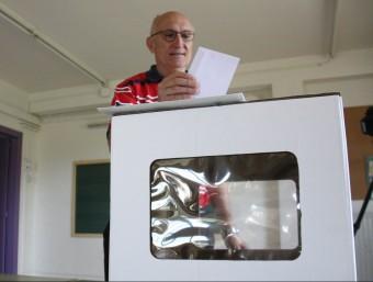 Un home diposita el seu vot a l'urna a Sant Bartomeu del Grau ACN