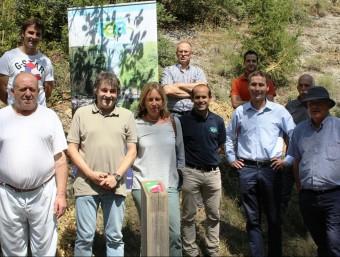 Representants de les institucions i organismes participants a l'acord que ha fet possible el nou enllaç. EL PUNT AVUI
