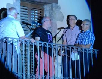Cantadors de Riudaura, interpretant cançons i tonades tradicionals des dels seus balcons LA CARABA PRODUCCIONS