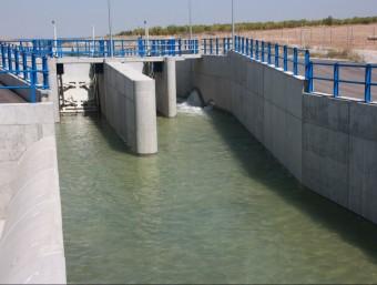 El canal Segarra-Garrigues en el cinquè tram, al seu pas per les Borges Blanques, a les Garrigues, força ple d'aigua a punt per ampliar les hectàrees de regadiu ACN