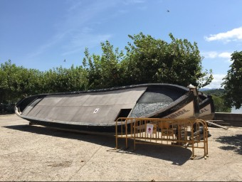 Els dos llaguts que sostenen la barca de Miravet estan actualment aparcats a la ribera del riu. AURELI MONGE